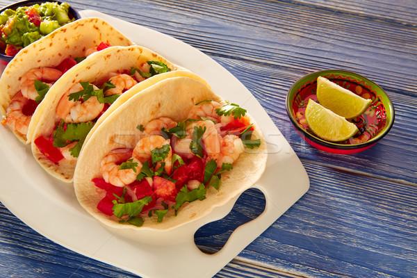 Gamberetti tacos cibo messicano blu tavolo in legno ristorante Foto d'archivio © lunamarina