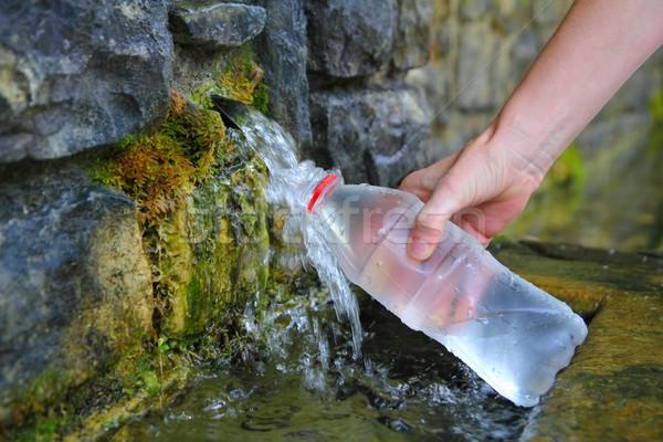 Forrás tavasz vizes flakon tömés tart kéz Stock fotó © lunamarina