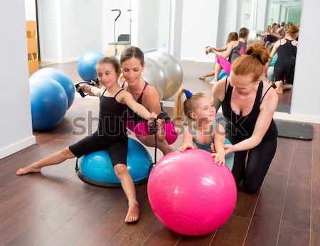 Pilates femmes groupe stabilité balle Photo stock © lunamarina