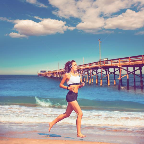 Gyönyörű barna hajú lány fut Kalifornia tengerpart Stock fotó © lunamarina
