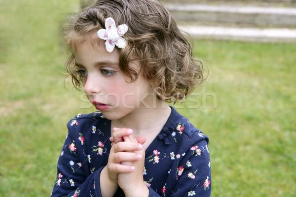 Belle brunette yeux bleus petite fille portrait herbe Photo stock © lunamarina