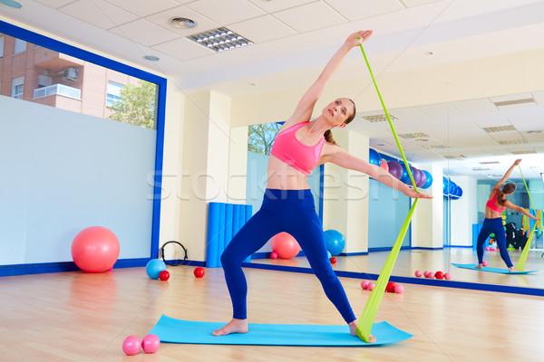 Pilates vrouw permanente elastiekje oefening training Stockfoto © lunamarina