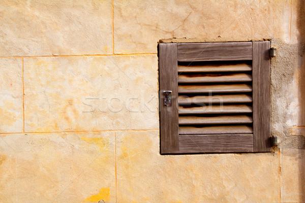 Traditionnel bois fenêtres maison mur Photo stock © lunamarina