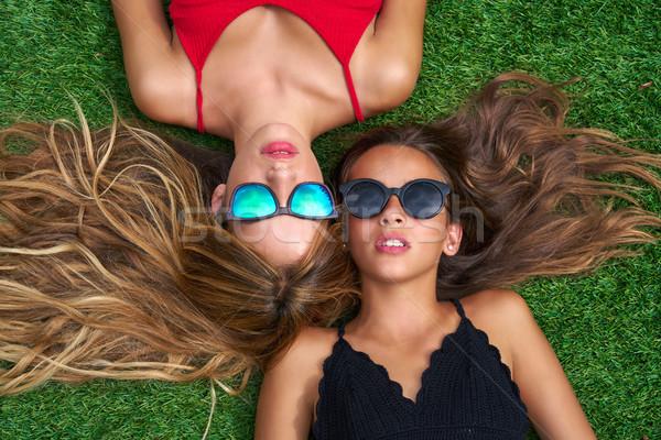 Tinédzser legjobb barátok lányok fekszik tőzeg udvar Stock fotó © lunamarina