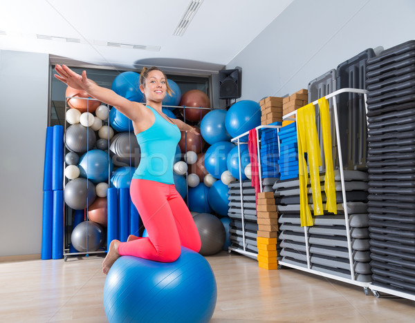 Nina gimnasio pelota rodilla equilibrio perforación Foto stock © lunamarina
