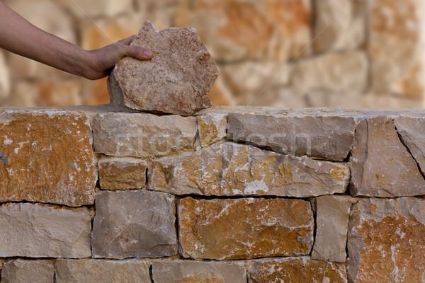 Maçon mains travail maçonnerie mur de pierre main Photo stock © lunamarina