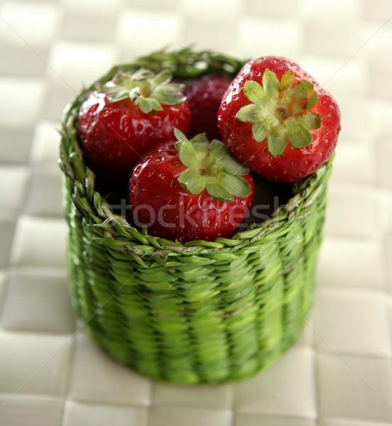 Erdbeeren grünen wenig legen weiß Tischdecke Stock foto © lunamarina