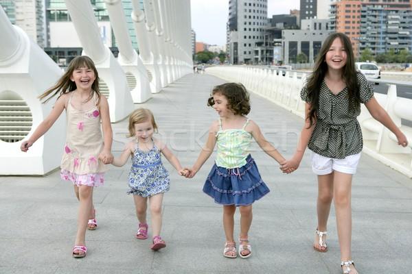 Nina grupo caminando ciudad puente centro de la ciudad Foto stock © lunamarina