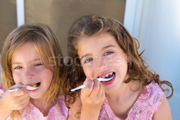 Kék szemek gyerekek lánytestvér lány eszik reggeli Stock fotó © lunamarina