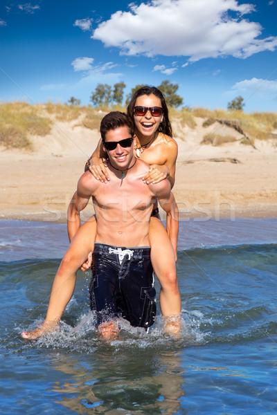 Adolescente casal corrida piggyback verão praia Foto stock © lunamarina