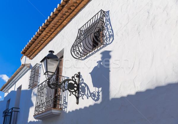 Vechi sat alb tipic marea mediterana oraş Imagine de stoc © lunamarina