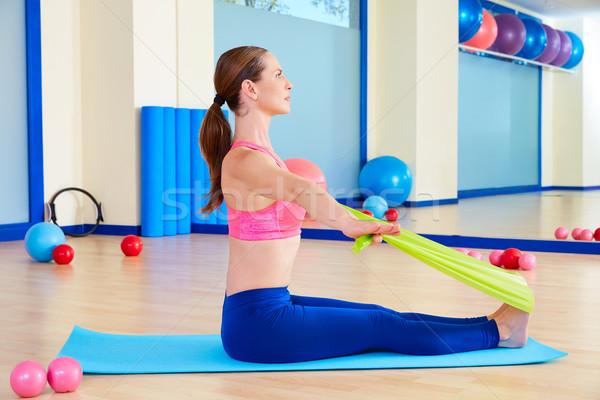 Pilates vrouw roeien elastiekje oefening training Stockfoto © lunamarina