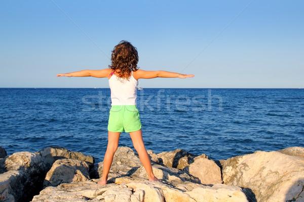 Open armen meisje naar Blauw oceaan Stockfoto © lunamarina