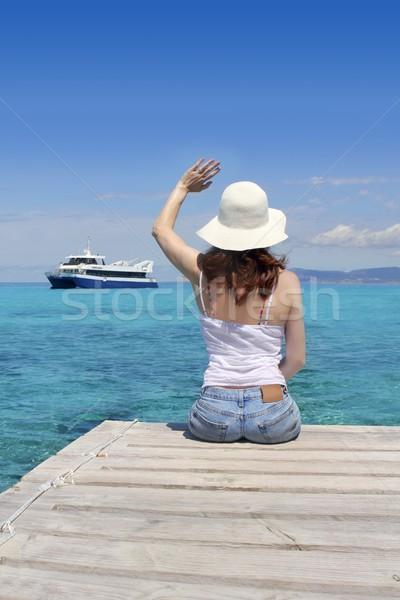 Vrouw toeristische vaarwel gezegde boot gebaar Stockfoto © lunamarina