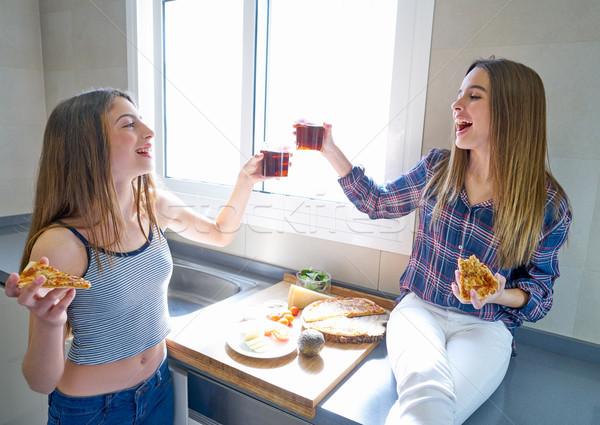 Mejor amigo ninas comer pizza cocina adolescente Foto stock © lunamarina