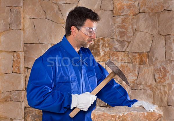 Maçonnerie maçon homme marteau travail mur de pierre Photo stock © lunamarina