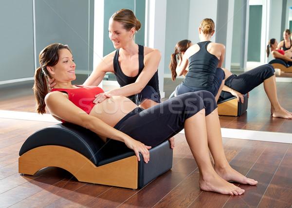Mujer embarazada pilates ejercicio rodar atrás ola Foto stock © lunamarina