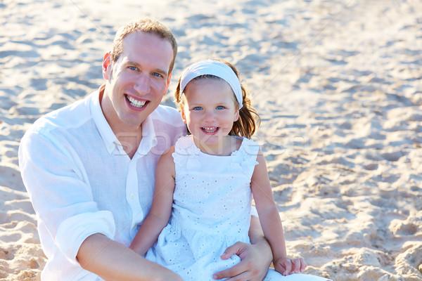 Apa lánygyermek tengerparti homok együtt boldog tengerpart Stock fotó © lunamarina