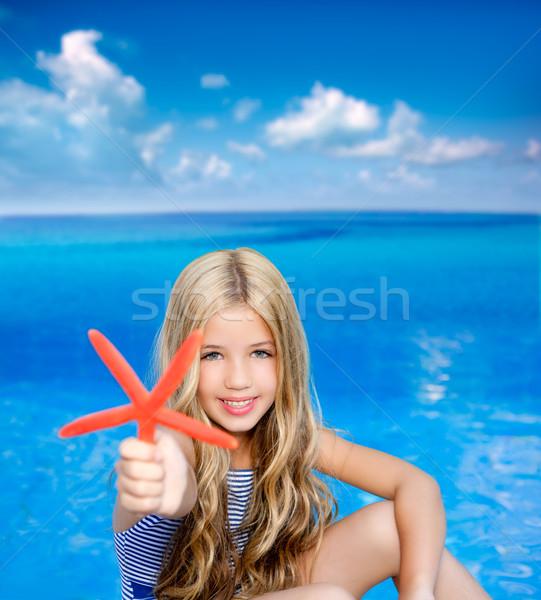Kinderen blond meisje zomervakantie tropisch strand zeester Stockfoto © lunamarina