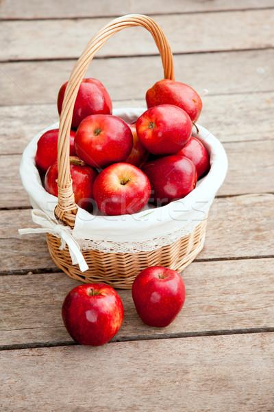 Sepet kırmızı elma ahşap zemin gıda Stok fotoğraf © lunamarina