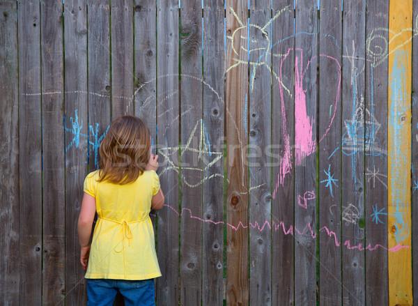 Kid Mädchen spielen Zeichnung Hinterhof Holz Stock foto © lunamarina