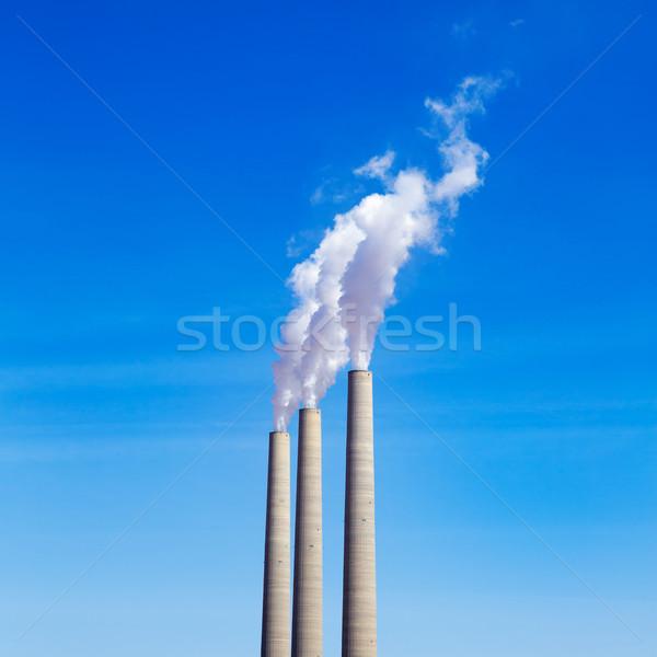 Schoorsteen witte rook drie rij blauwe hemel Stockfoto © lunamarina