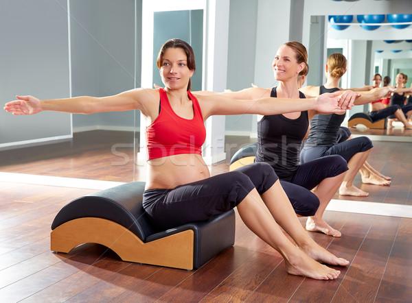 Mujer embarazada pilates espina ejercicio ola entrenador personal Foto stock © lunamarina