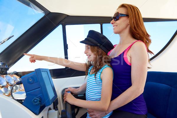 ストックフォト: 子供 · 少女 · 船乗り · 母親 · キャップ · ボート
