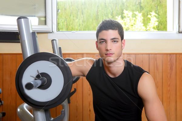 Palestra giovane posa bodybuilding uomo Foto d'archivio © lunamarina
