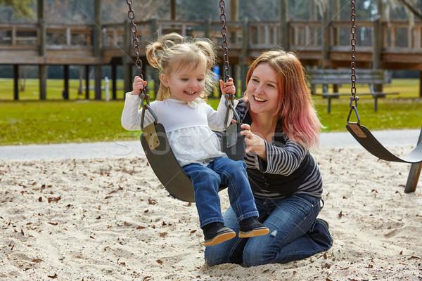 Madre figlia swing parco parco giochi Foto d'archivio © lunamarina