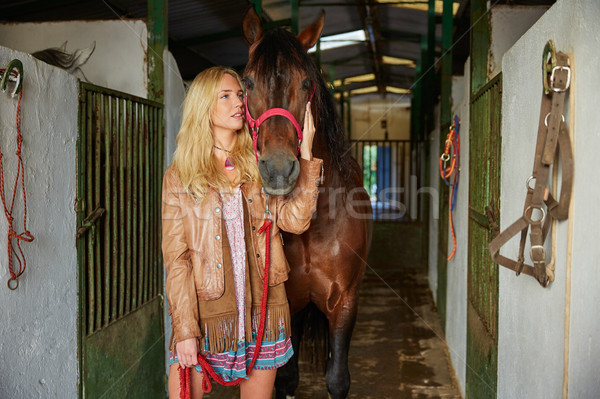 Rubio nina caballo estable corredor Foto stock © lunamarina