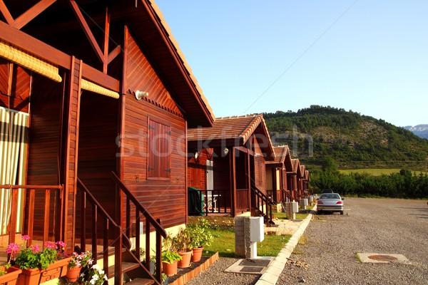 Bois bungalow rangée camp parc camping Photo stock © lunamarina