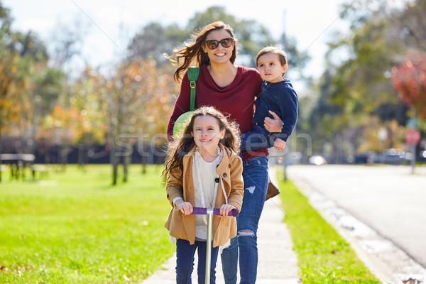 母親 娘 家族 公園 徒歩 ストックフォト © lunamarina