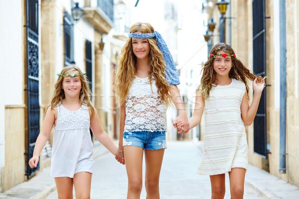 çocuk kızlar yürüyüş el akdeniz kasaba Stok fotoğraf © lunamarina