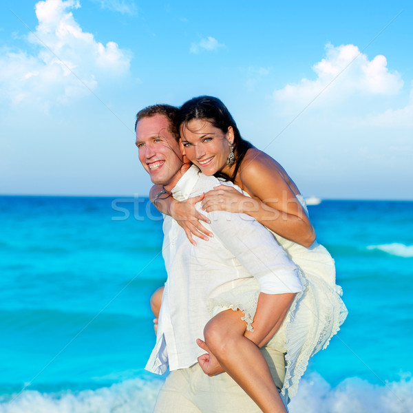 Casal amor piggyback jogar praia azul Foto stock © lunamarina