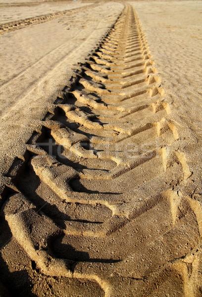 Tracteur pneus empreinte imprimé plage de sable désert Photo stock © lunamarina