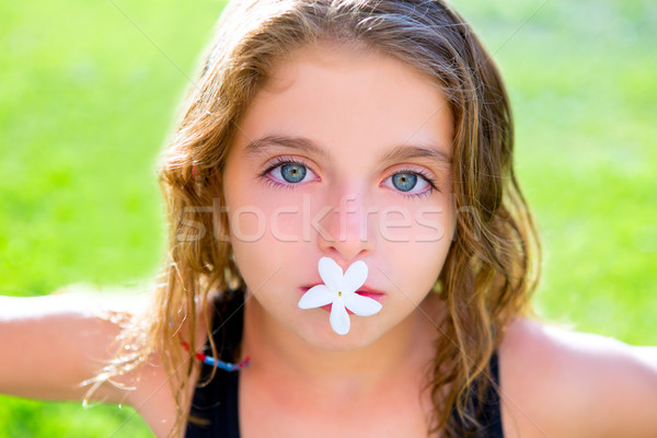 Yeux bleus Kid fille fleur bouche enfants Photo stock © lunamarina