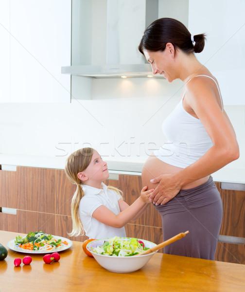 Belo grávida mãe filha cozinha bebê Foto stock © lunamarina