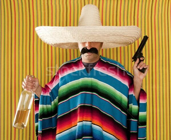 Foto stock: Bandido · mexicano · revólver · bigode · bêbado · tequila