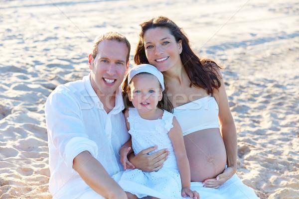 Família grávida mãe areia da praia feliz verão Foto stock © lunamarina
