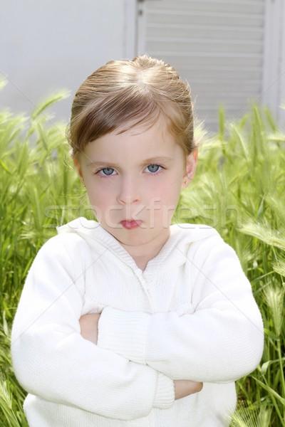 Arrabbiato deluso gesto bambina prato verde Foto d'archivio © lunamarina