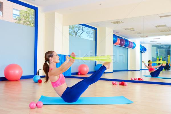Pilates vrouw elastiekje oefening training gymnasium Stockfoto © lunamarina