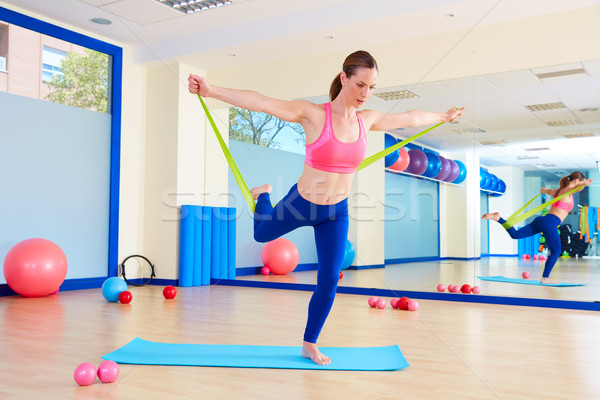 Foto stock: Pilates · mulher · em · pé · elástico · exercer · exercício