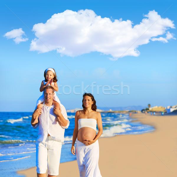 Boldog család tengerparti homok sétál terhes anya nő Stock fotó © lunamarina