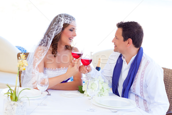 Paar bruiloft dag juichen rode wijn banket Stockfoto © lunamarina