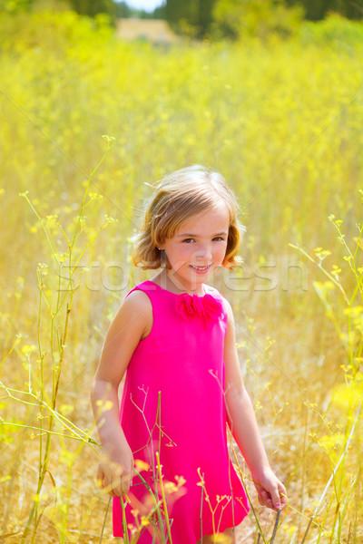 Foto stock: Criança · criança · menina · primavera · flores · amarelas · campo