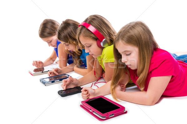 Soeurs Kid filles tech rangée heureux Photo stock © lunamarina
