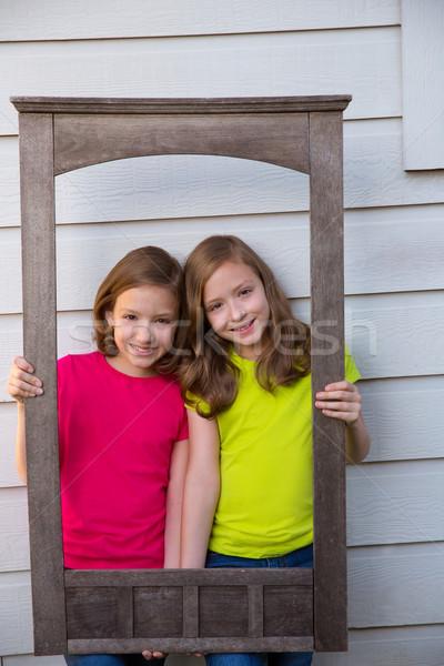Ikiz kardeş kızlar poz ahşap Stok fotoğraf © lunamarina