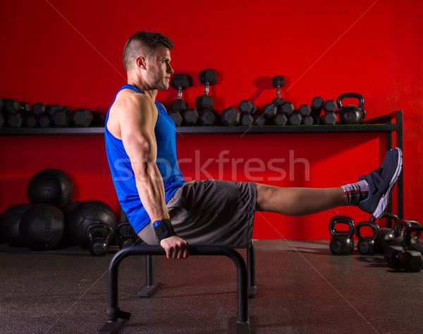 Człowiek równolegle bary treningu siłowni wykonywania Zdjęcia stock © lunamarina