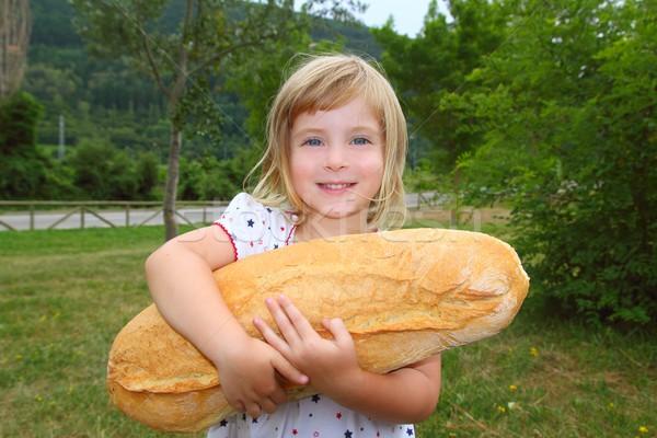 Mädchen halten groß Brot Humor Größe Stock foto © lunamarina